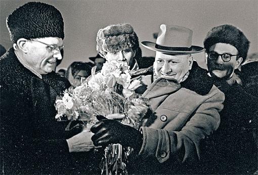 1966 год: идеолог партии Михаил Суслов (слева) никогда не расставался с шапкой-«пирожком». Еще до революции такая штука была в моде у питерской интеллигенции. А в партии ее первым начал носить Сергей Киров - лидер Ленинграда.