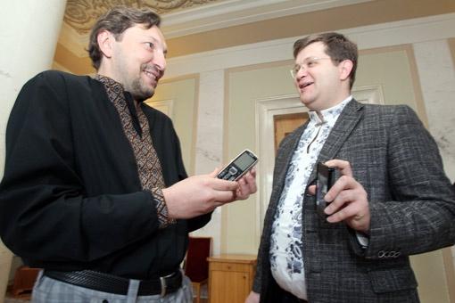У Стеця (слева) телефон за 500 гривен, а у Арьева - за 5000 гривен.