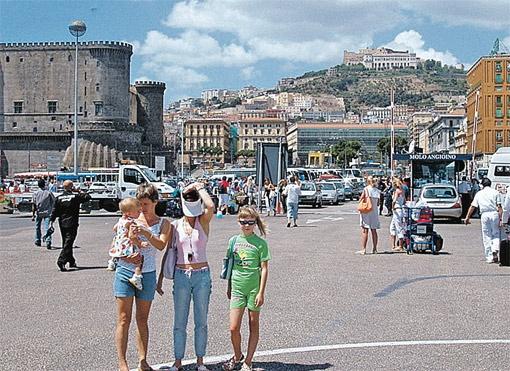 На площади Бус в Неаполе всегда встретишь наших. Фото с сайта TBG-Brand.ru