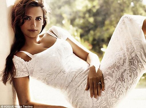 Кружевное белое платье, коса - настоящая испанская синьорита! Фото Daily Mail.