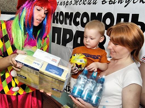 Подарков было столько, что мамочки в двух руках не унести.