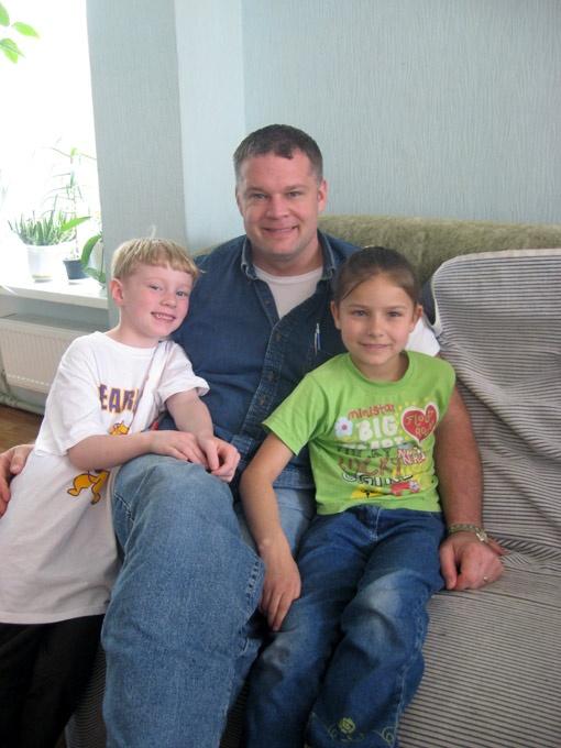 Юля перед отъездом в детском доме с папой Джесси и братом Джоном.