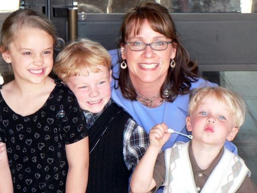 Приемная мама Лиза с детьми: дочь Келли, сыновья Джон и Бенджамин.