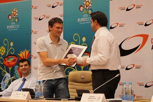 Пятову вручают диплом. Фото: Павел Колесник.