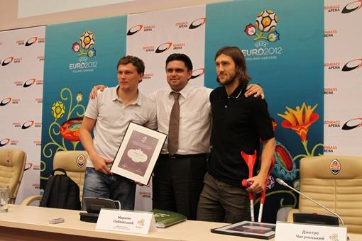 Футболисты очень рады что стали послами Евро-2012.  Фото: Павел Колесник.