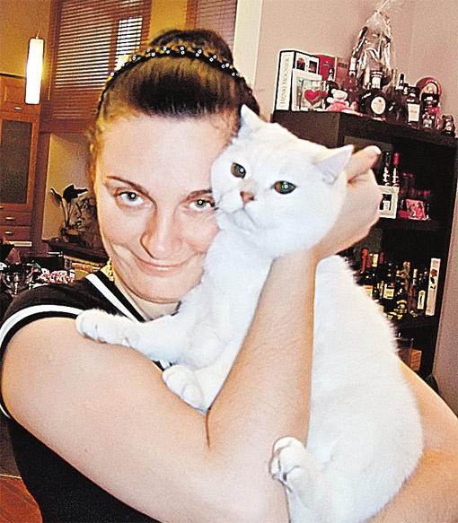 ...а иногда - Патрика. У нее дома, как в фильме Кустурицы - «Черная кошка, белый кот».