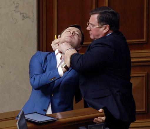 Адам Мартынюк применил к Олегу Ляшко прием, достойный спецназовца.