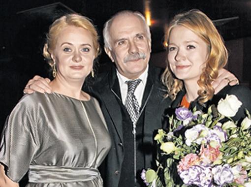 Никита Сергеевич с любимыми дочками. Фото PHOTOXPRESS.