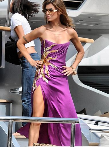 Для начала Элизабетта примерила лиловое платье, расшитое золотыми узорами. Фото Splash/All Over Press.