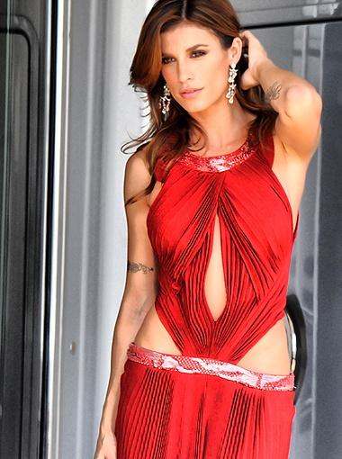 В красном наряде со сложными драпировками звезда была чудо как хороша. Фото Splash/All Over Press.