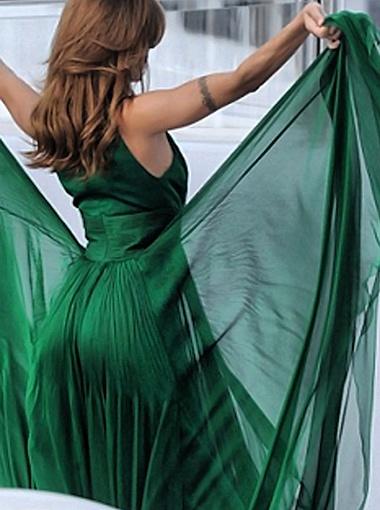 В длинном зеленом платье Элизабетты папарацци больше всего порадовало глубокое декольте. Фото Daily Mail.
