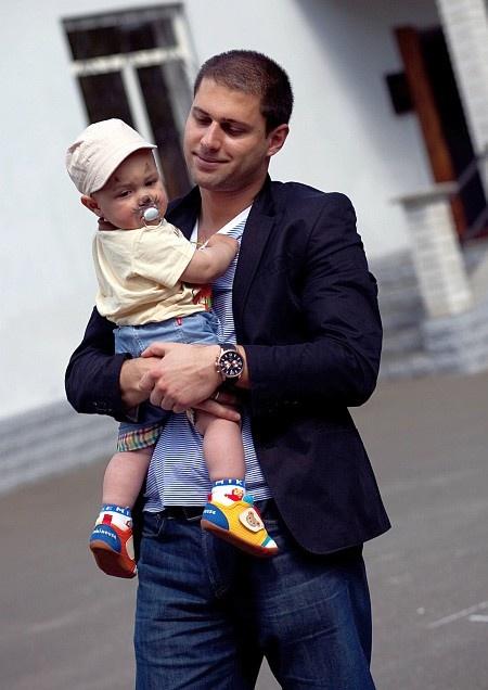 Отец малыша общался с сыном. Фото агентства PR Batteries
