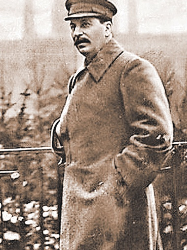 Сталин из-за больных ног ходил в разношенных сапогах.