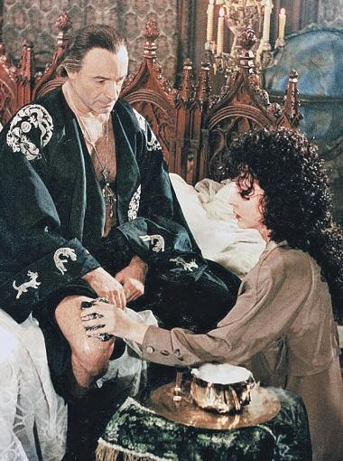 Маргарита (А. Вертинская) массирует больную ногу Мессира (В. Гафт).