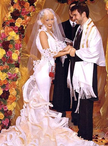 Кристина Агилера уже развелась, а ее наряд от Кристиана Лакруа обсуждают до сих пор.