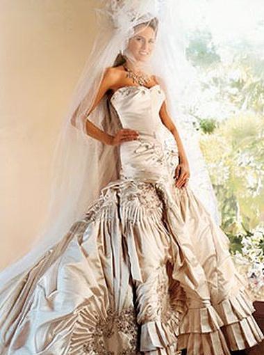 Свадебный наряд жены миллиардера Дональда Трампа Мелании украсил обложки модных журналов.