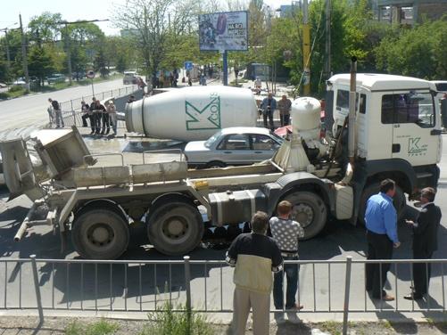 В Симферополе посреди дороги опрокинулась 6-тонная бетономешалка
