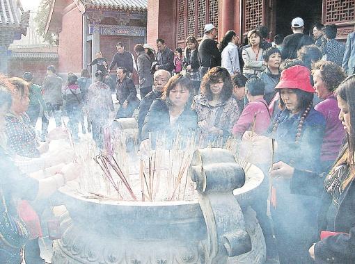 В Шаолине прихожане ставят для Будды ароматические палочки и благодарят его за счастье.