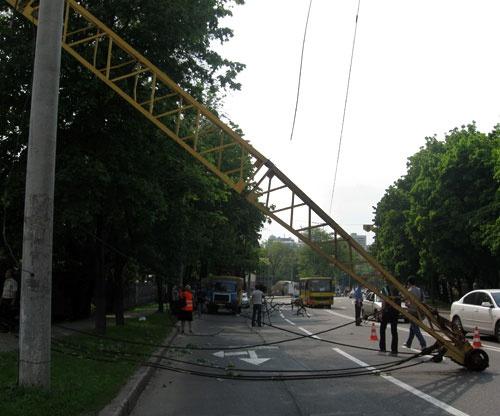 Стрела крана рухнула прямо на проезжую часть. Фото: www.ostro.org.
