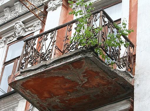 Возле Золотых ворот в доме на улице Владимирской, 41, с балконов постоянно отваливаются куски бетона. Фото Максима ЛЮКОВА.
