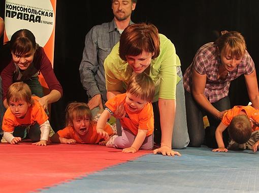 На старте каждый проявлял свой характер. 2-летняя София Шостак (крайняя слева) не стала тратить времени на эмоции и приползла к финишу быстрее всех своих ровесников.