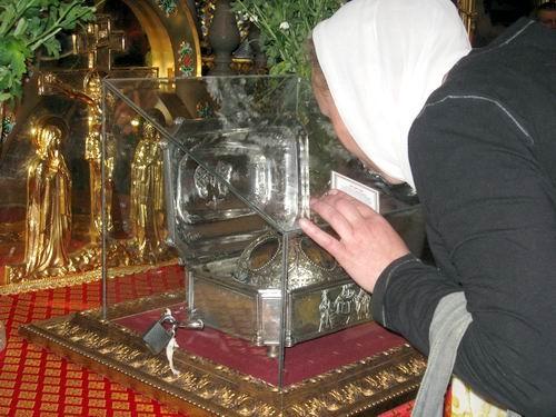 Верующие прикладываются к мощам. Фото: ostro.org.
