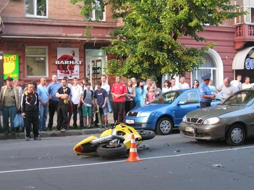 Мотоциклист сбил пешехода и помял две машины. Фото Олеся Кучеренко.