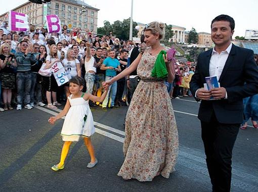 Генеральный продюсер канала «Интер» Владимир Зеленский привел на эфир жену и дочку.