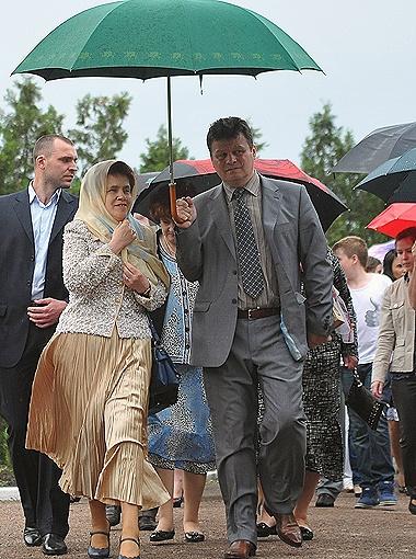 Людмила Янукович прибыла на мероприятие с охранником, прикрывавшим ее зонтом.