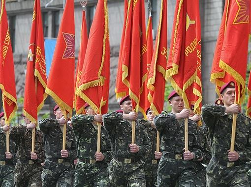 Теперь Знамя Победы 9 Мая не только будут использовать во время парадов, но и вешать его на госучреждения. Фото Артема ПАСТУХА.