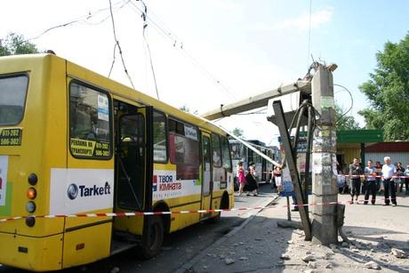 Столб упал на маршрутку. фото ГУ МЧС в Полтавской области