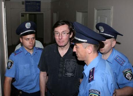 Юрий Луценко сильно похудел. Снимки публикует пресс-служба «Народной самообороны».