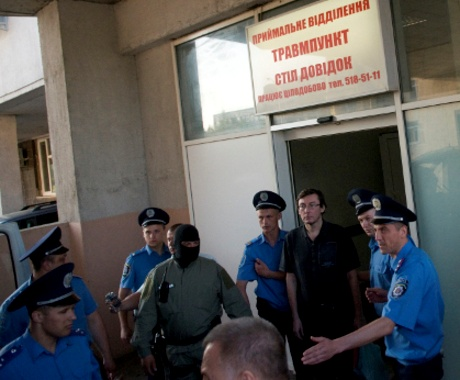 Луценко вывели из больницы. Снимки публикует пресс-служба «Народной самообороны».