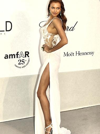 Ирина Шейк появилась в соблазнительном белом платье. Фото Splash/All Over Press.