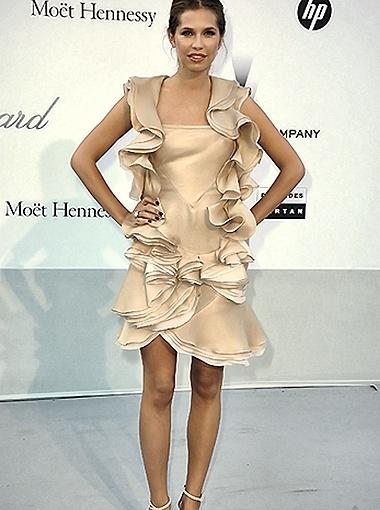 Для благотворительного приёма Дарья Жукова выбрала платье с воланами. Фото Spletnik.ru.