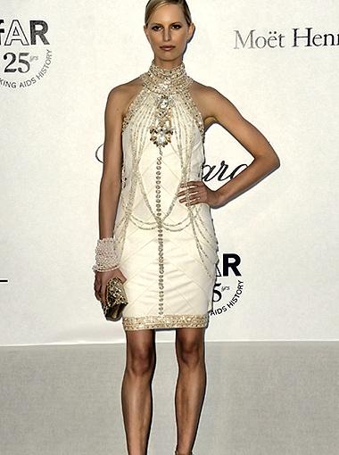 Супермодель Каролина Куркова, в отличие от других звёзд предпочла появиться в коротком платьице. Фото Splash/All Over Press.