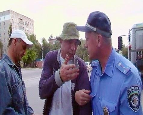 Водитель стал спорить с инспектором. Фото: отдел связей с общественностью УМВД в Луганской области