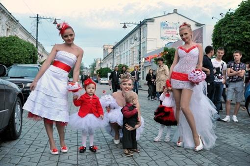 Невесты мечтали снова надеть свадебное платье и испытать положительные эмоции. Фото Виталия ПАРУБОВА.