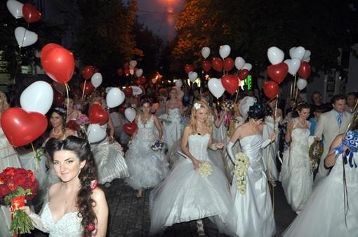 В завершении парада невесты запустили в небо разноцветные шары.  Фото Виталия ПАРУБОВА.
