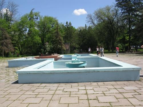 Центральный парк культуры и отдыха: фонтан выкрашен, но пока не работает