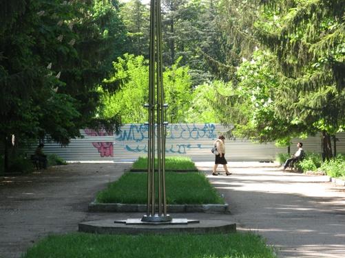 Сквер крымских партизан и подпольщиков разделил металлический забор