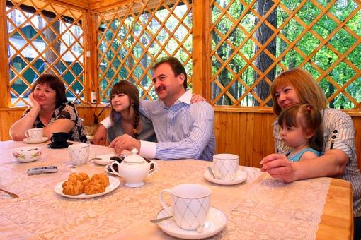 Беседка во дворе - любимое место для семейных посиделок. Слева направо: сестра супруги градоначальника, дочь Оля, Александр Павлович, внучка Настя и супруга Ирина.