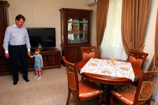 Большая комната - любимое место для игр внучки Насти. Здесь она часами может смотреть мультфильмы.