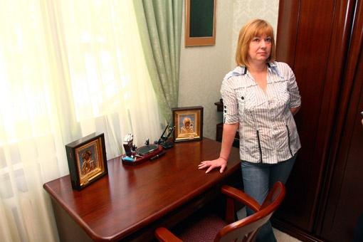 Ирина Попова сама подбирала письменный стол для супруга.