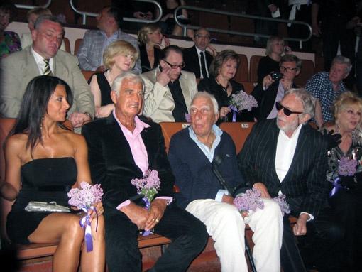 На открытие кинофестиваля Бельмондо приехал со своей герлфренд, друзьями Шарлем Жераром и Пьером Ришаром (справа).