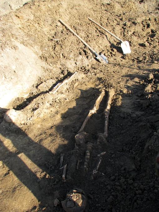 Одно из найденных в братской могиле тел.