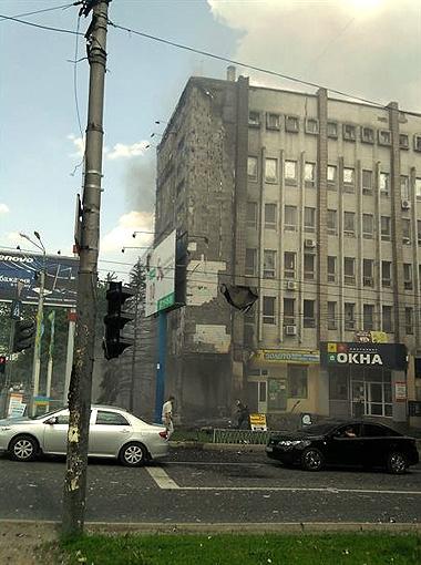 Рядом со зданием образовалась автомобильная пробка.