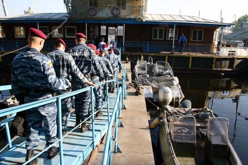 Офис «речных копов» оборудован в старенькой барже на территории Киевского судоремонтного завода на Подоле.