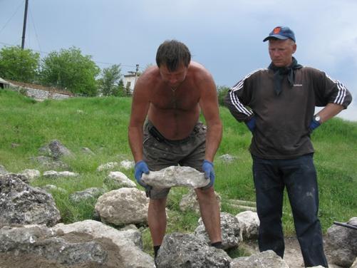 Из тех камней, что не успели растащить на стройку местные жители, археологи восстанавливают былые сооружения.