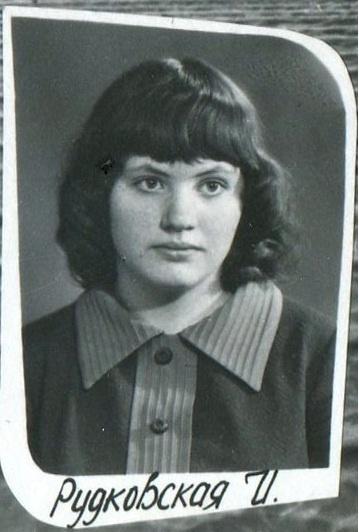 Ирина Зубкова вспоминает: 37 лет назад на прощальном школьном столе были только пирожные и лимонад. Фото из личных архивов героев материала.